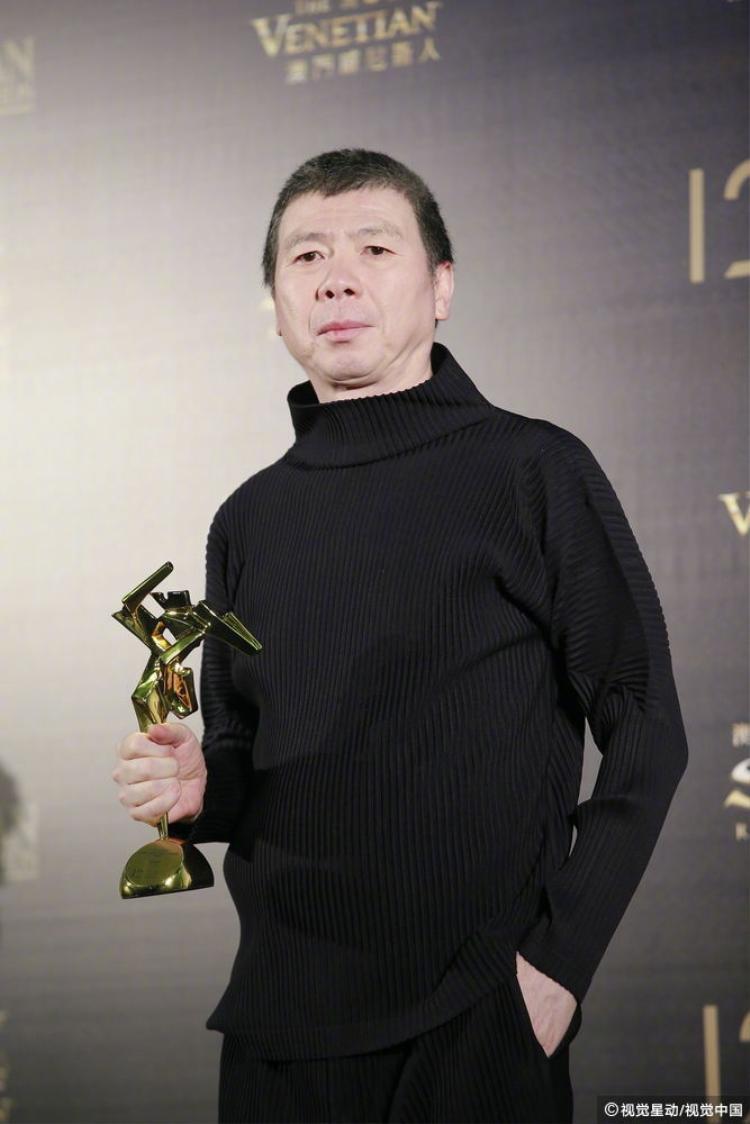 """Đạo diễn Phùng Tiểu Cương đại diện ekip đoàn phim """"Phương Hoa"""" lên nhận giải thưởng""""."""