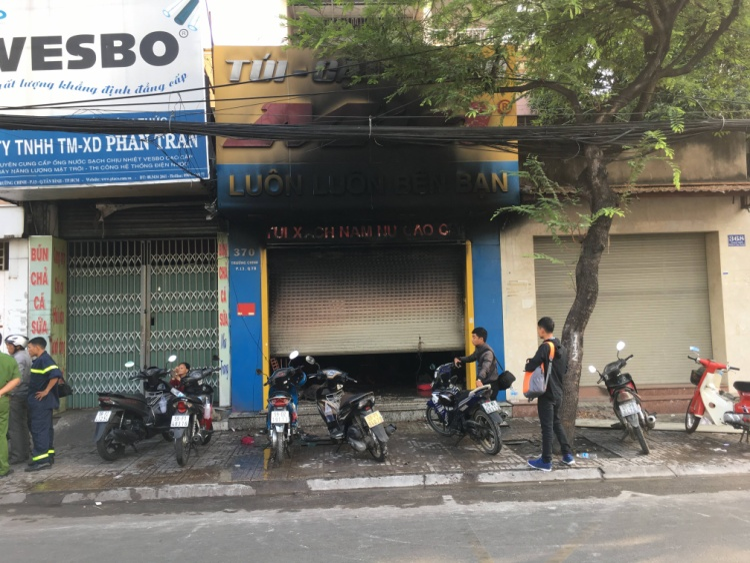 Tiệm kinh doanh túi xách bốc cháy.