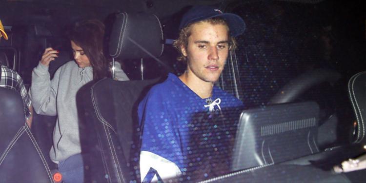Trước đó, trong một lần hẹn hò với Selena, Justin bị bắt gặp trong bộ dạng xuề xòa, đội mũ lưỡi trai cuốn hết tóc vào trong để lộ trán mụn.