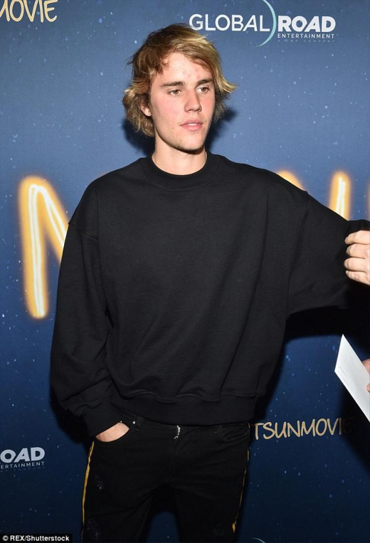 """Thậm chí, vào ngày 15/3, khi đi dự sự kiện ra mắt phim """"Midnight Sun"""" của người bạn thân, Justin Bieber cũng giữ nguyên diện mạo chuẩn 'người rừng' lên thảm đỏ."""