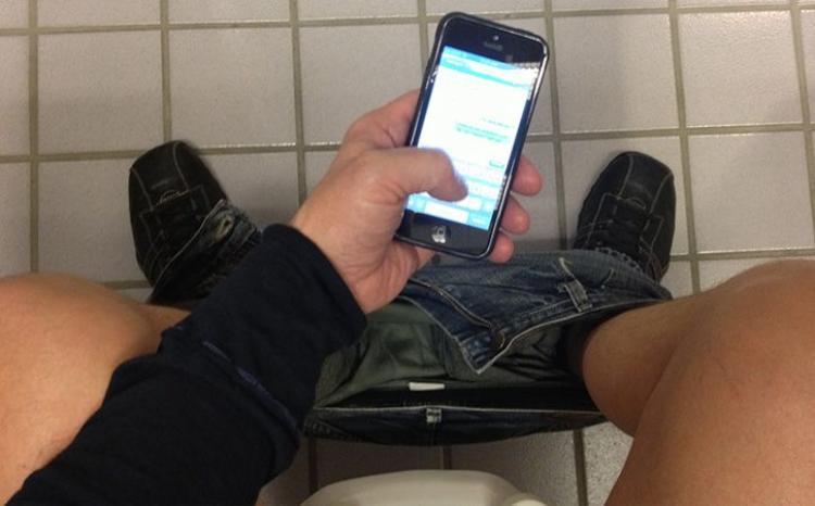 Rất nhiều người có thói quen sử dụng điện thoại khi đi vệ sinh. Ảnh: India Times