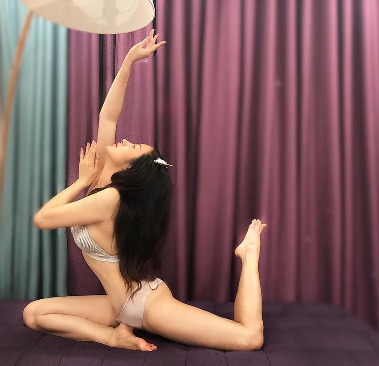 Diện độc nội y, Yaya Trương Nhi khoe hình thể gợi cảm khiến cánh mày râu chẳng thể rời mắt. Không biết, khi nhìn vào tấm ảnh này, người hâm mộ sẽ chú ý đến tạo dáng múa mềm mại hay tập trung nhìn vào body nóng bỏng của cô nàng nữa.