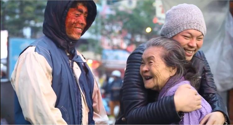 Những cái ôm, nụ cười thật ấm áp khi mọi người biết sự thật.