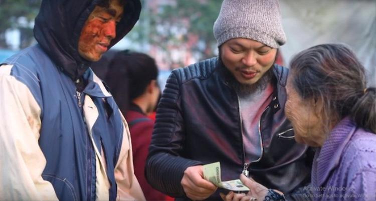 Nhóm của Huy trao tiền lại cho những người nghèo đã giúp cậu.