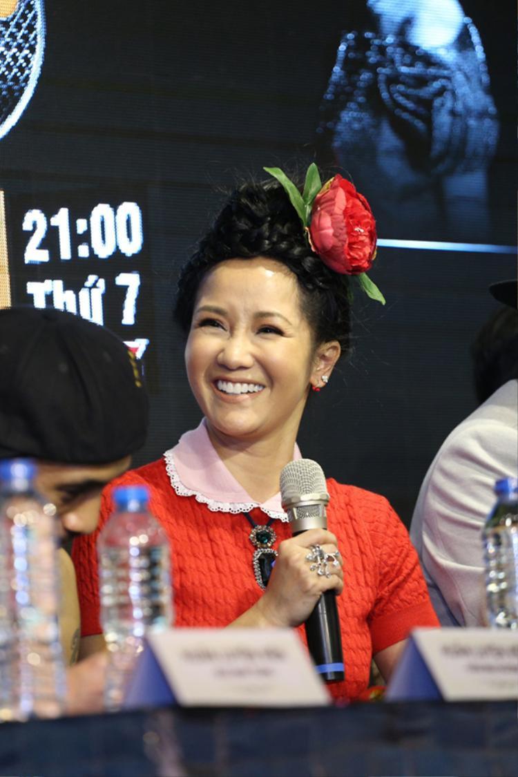 """Phong cách ăn mặc cá tính của Hồng Nhung xin không bàn đến. Nhưng Hồng Nhung hoàn toàn có thể có được lớp trang điểm đẹp hơn nếu cô không sử dụng màu son """"hại người' kia. Nó khiến gương mặt của Hồng Nhung thiếu sức sống vì quá nhợt nhat."""