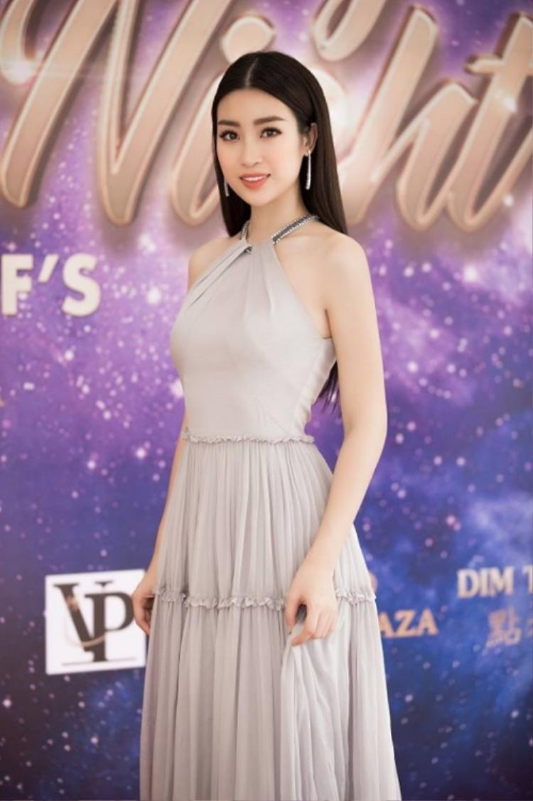 Hoa hậu Đỗ Mỹ Linh vẫn luôn trung thành với vẻ đẹp ngọt ngào dịu dàng quá đỗi. Nhưng nếu không chịu thay đổi hình ảnh, chưa biết chừng trong tương lai hình ảnh hoa hậu sẽ dễ bị chán.