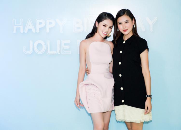 Nhìn ảnh này, nếu không nói chắc nhiều người không nhận ra cô gái bên cạnh Jolie Nguyễn là Hà Lade. Hà Lade có khuôn mặt ngày càng cứng, nhọn theo thời gian. Đôi môi bơm căng mọng cũng là một vẻ đẹp mà Hà Lade đang theo đuổi.