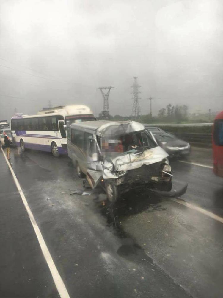 Một xe ô tô hư hỏng nặng phần đầu sau va chạm.