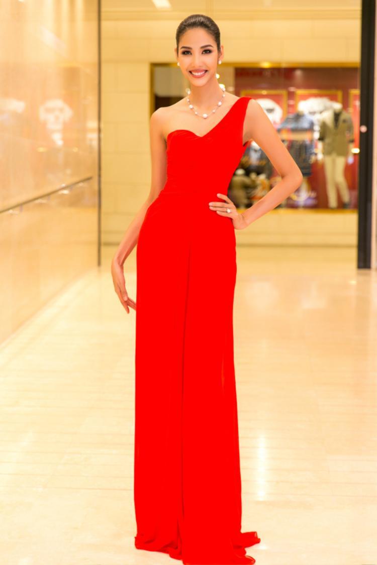 Bộ váy đỏ rực rỡ, lệch vai khiến Hoàng Thùy tỏa sáng theo một cách vô cùng nổi bật, đẳng cấp. Do trang phục đã thu hút phần nhìn nên cách tạo kiểu tóc, sử dụng phụ kiện cũng được tiết chế để tạo nên vẻ ngoài tinh giản.