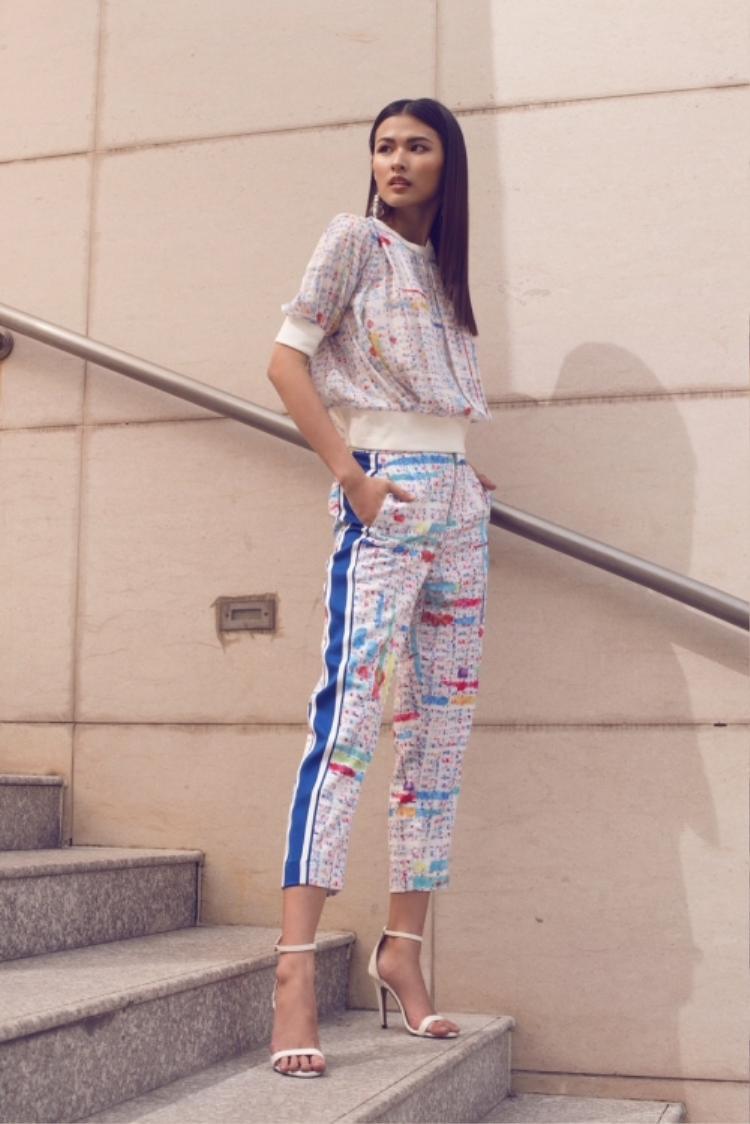 Bộ cánh mang phong cách sporty chic khỏe khoắn, rất hợp với không khí ngày hè là sự lựa chọn của Thiên Trang Next Top khi xuống phố.