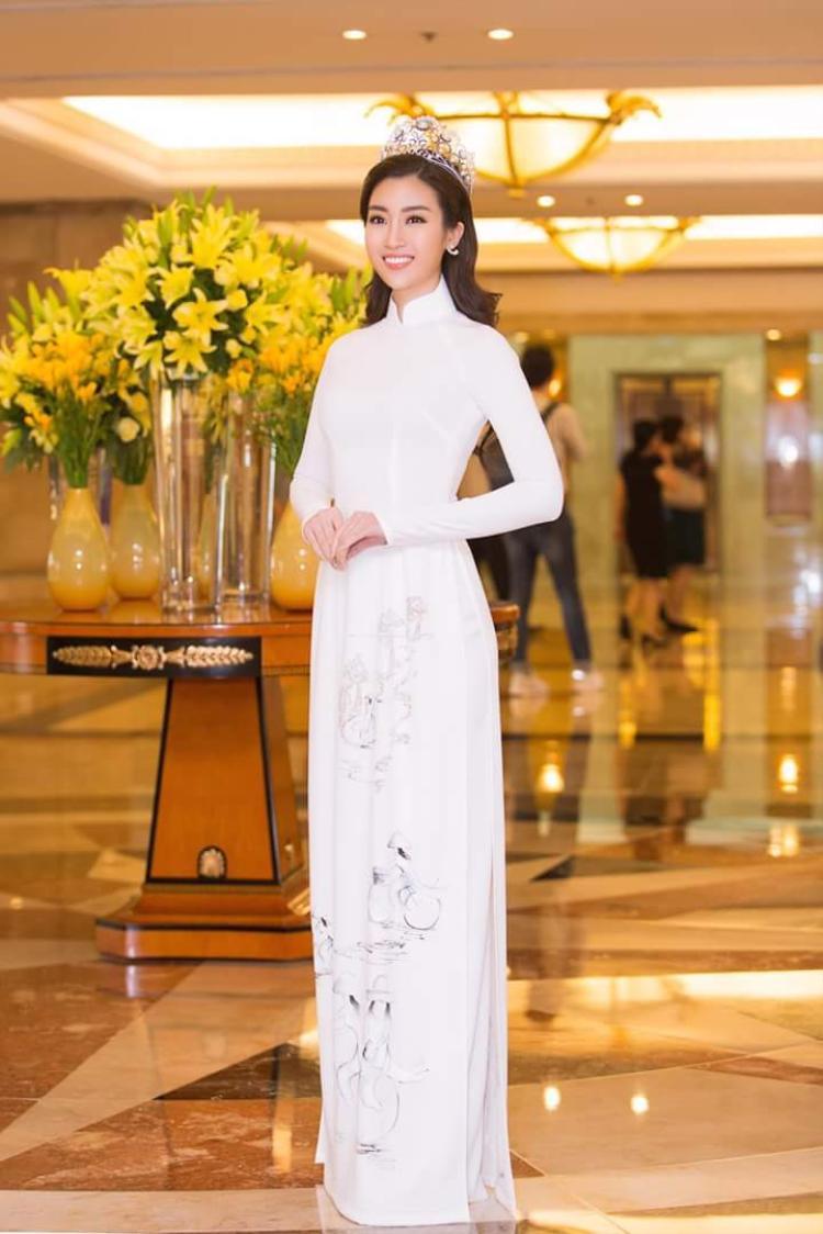 Tham dự một sự kiện tại TP.HCM, Hoa hậu Việt Nam 2016 khoe vóc dáng trong tà áo dài trắng thanh nhã, được vẽ họa tiết thiếu nữ. Vẻ đẹp nhẹ nhàng, thanh tao của người đẹp như càng được tôn lên trong trang phục dân tộc này.