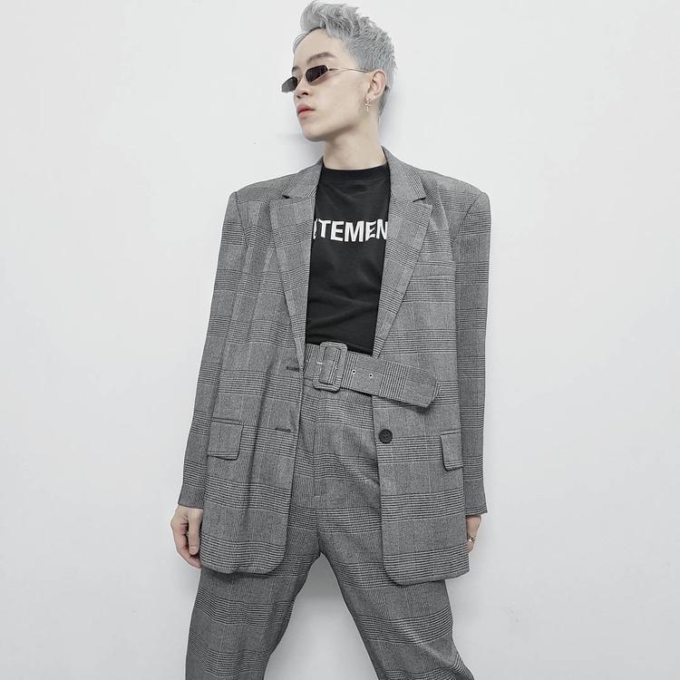 Kelbin Lei lại chưng diện cả cây vest kẻ xám vai độn, phối cùng áo thun đen trơn và kiểu gọng kính tin hin lạ mắt, đang được rất nhiều tín đồ thời trang săn lùng.