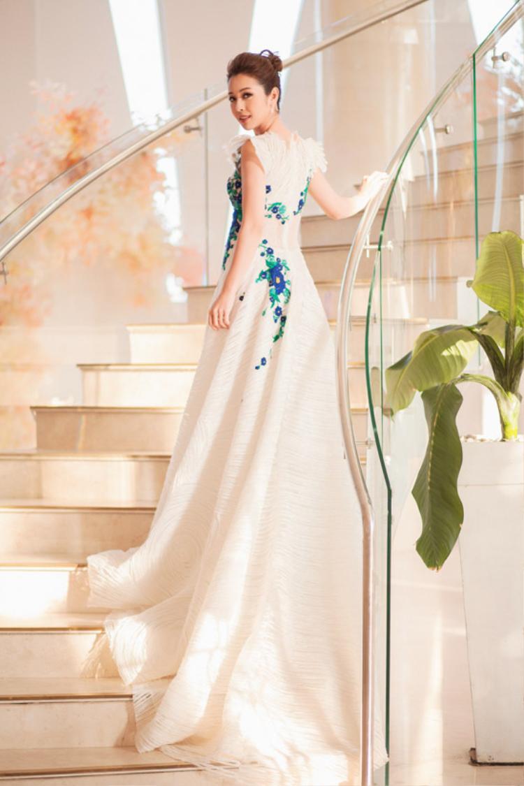 Jennifer Phạm xinh đẹp như một nàng công chúa với chiếc váy dài thanh nhã. Các điểm nhấn hoa đính tỉ mỉ, được sắp đặt rất khéo, không hề tạo nên cảm giác rườm rà.