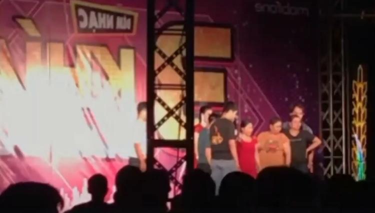 Khung cảnh náo loạn trên sân khấu.