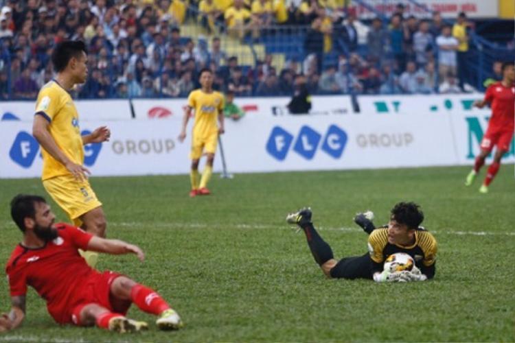 Tiến Dũng chơi rất tốt trận này và có pha kiến tạo bất ngờ cho Đình Tùng ghi bàn.