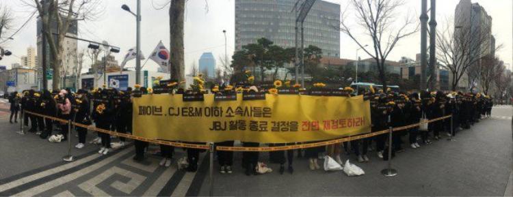 Cảnh tượng của các fan JBJ biểu tình ngày 18/3 và chắc chắn việc gì cũng phải có nguyên nhân của nó.