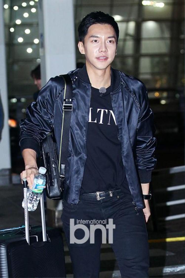 Lee Seung Gi điển trai tại sân bay Hàn.
