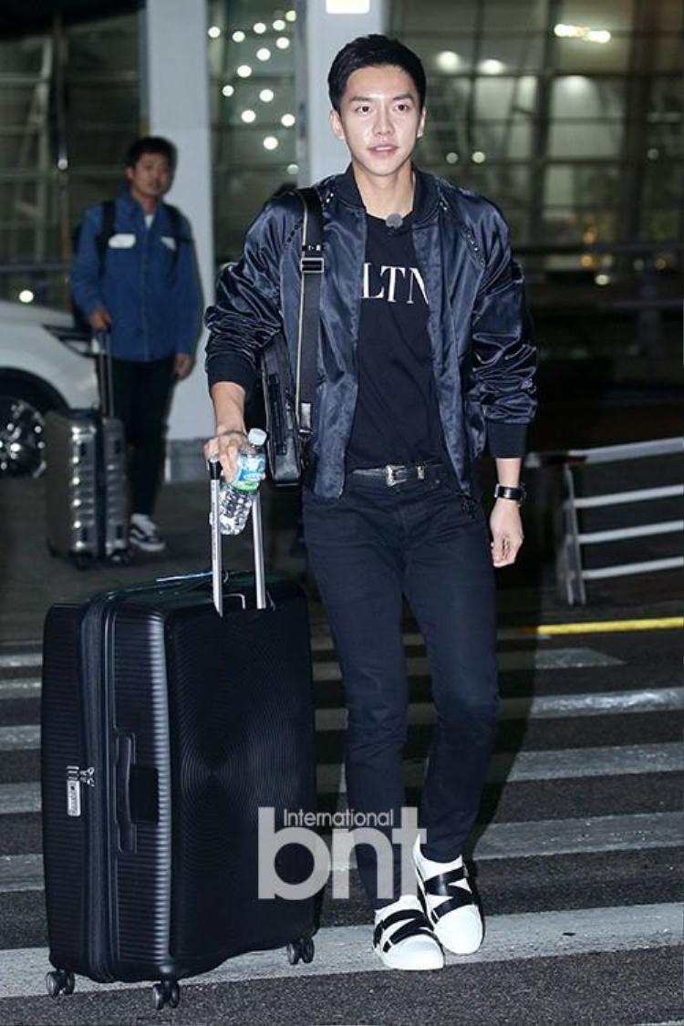 Nam diễn viên sinh năm 1987 diện trang phục năng động, thu hút mọi sự chú ý tại sân bay.