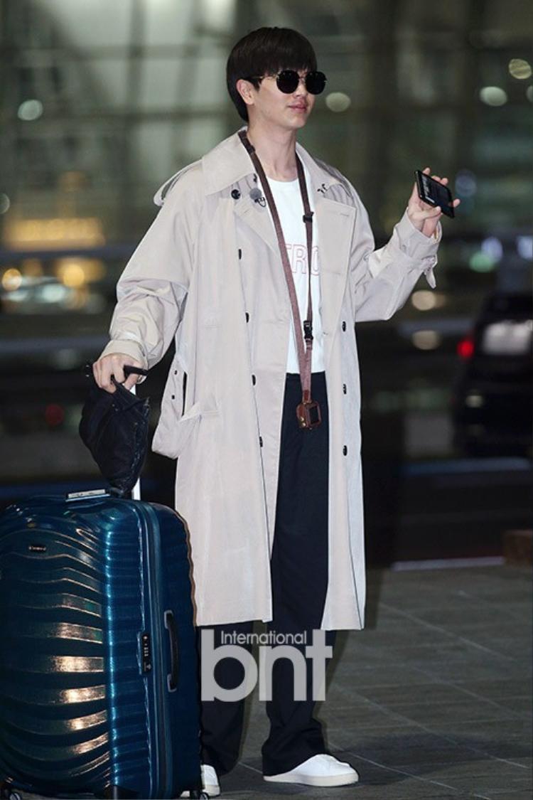 Thành viên BTOB nhận được nhiều sự chú ý khi xuất hiện tại sân bay.