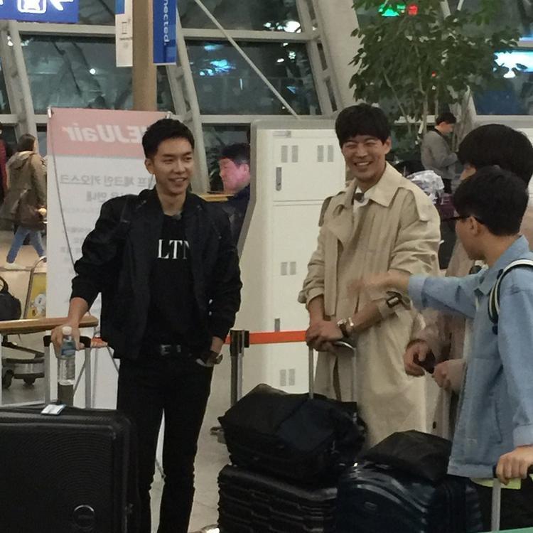 Lee Sang Yoon cười tít mắt khi trò chuyện cùng các thành viên trong chương trình.