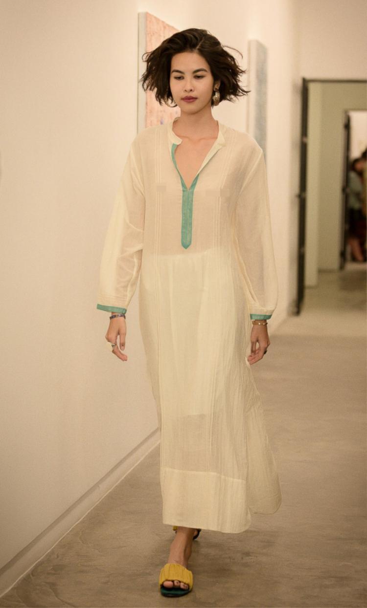 Đúng với tinh thần giải phóng cơ thể, những người mẫu thả rông ngực, tự tin sải bước trong show diễn của Lam.