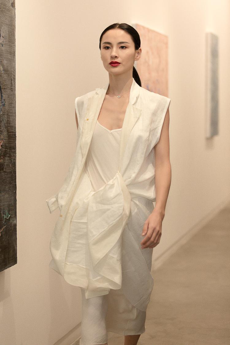 Các cách thắt, cột theo xu hướng bất đối xứng tuy đơn giản nhưng đem lại sự nổi bật cho người mặc.