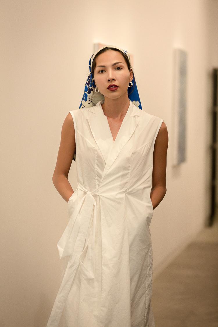 Siêu mẫu Minh Triệu đảm nhận vị trí kết màn show diễn. Người đẹp lần lượt trình diễn hai thiết kế, đầu tiên là chiếc áo khoác cột dây với phụ kiện khăn buộc đầu làm điểm nhấn.