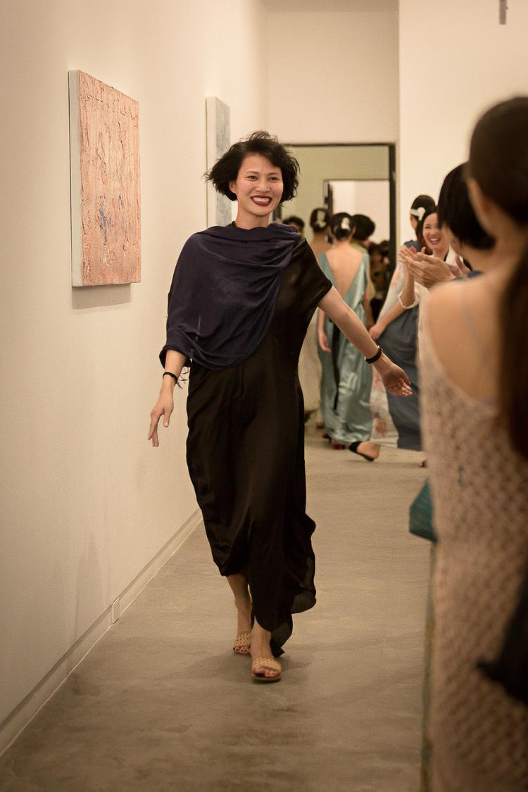 NTK Li Lam bước ra chào kết giữa tiếng vỗ tay, chúc mừng của khán giả.
