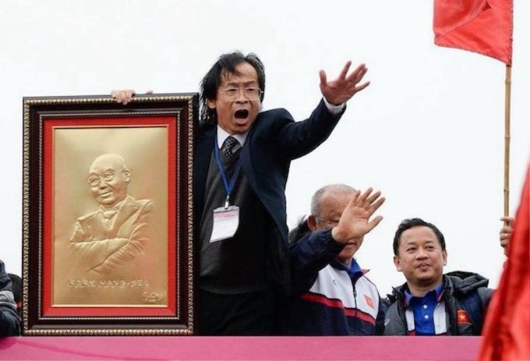 Vị ủy viên BCH đầy tai tiếng với vụ ăn mừng lố cùng U23 Việt Nam bất ngờ ủng hộ bầu Tú. Ảnh: Tuổi trẻ