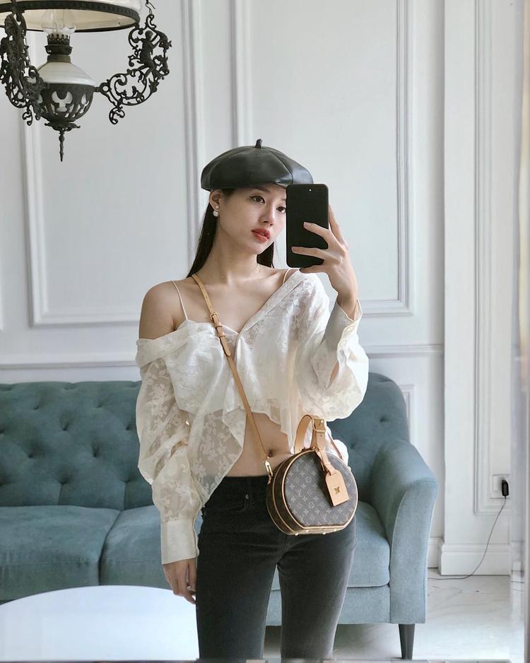Một chiếc túi nhưng có thể kết hợp cùng nhiều phong cách thời trang khác nhau. Nếu hình ảnh phía trên cô nàng thanh lịch với áo dài tay bèo nhún thì trong set đồ này cô trẻ trung pha chút gợi cảm trong sự năng động của độ tuổi 9X.