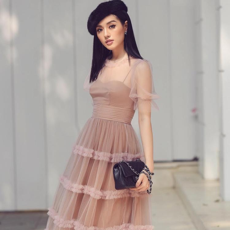 Mẫu túi đắt đỏ nhất mà chúng tôi cập nhật được trong loạt túi xách của Khánh Linh lên đến hơn 100 triệu đồng. Chiếc túi này không đâu khác đến từ thương hiệu Chanel.