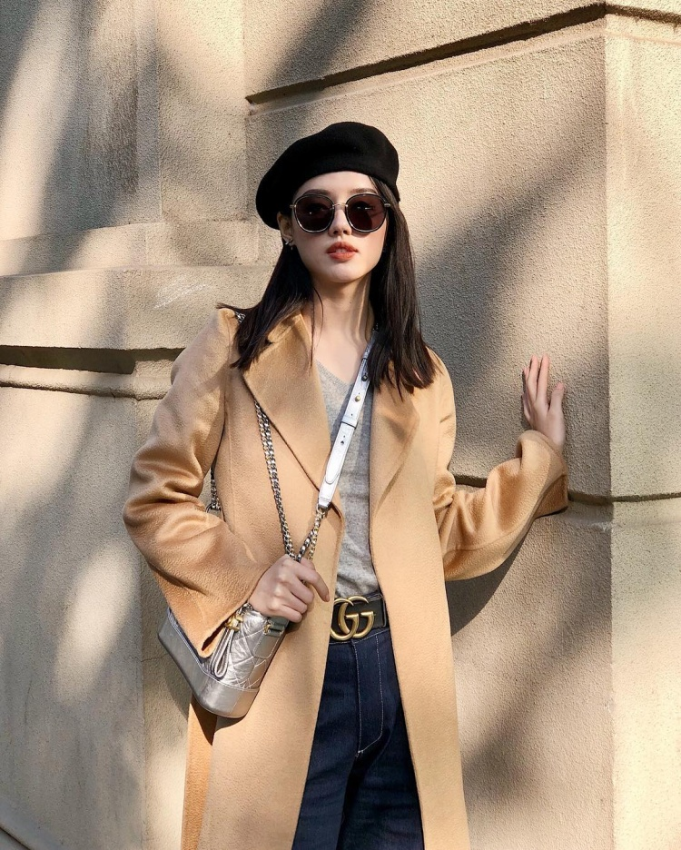 Chiếc túi cũng hiệu Chanel này đã từng được không ít các sao Việt như Kỳ Duyên, Ngọc Trinh, Minh Tú, Phí Phương Anh,…và hàng loạt các chân dài không thể bỏ lỡ. Khánh Linh cũng không nằm ngoài ngoại lệ đó.