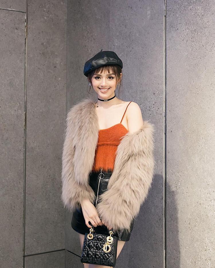 Túi mini Dior, dòng túi này từng làm si mê không biết bao nhiêu tín đồ thời trang trong nước và quốc tế. Chắc chắn Khánh Linh cũng không thể bỏ qua chiếc túi này.