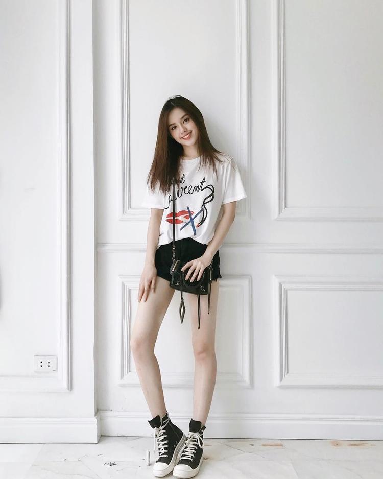 Ngoài túi, đến ngay cả áo phông thì Khánh Linh cũng lựa chọn của hãng Saint Laurent sang chảnh, chiếc áo này có giá 390 USD (tương đương gần 9 triệu đồng).
