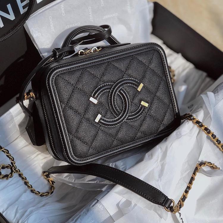 """Còn đây là chiếc túi mới được Khánh Linh """"khoe"""" gần đây nhất. Chiếc túi hiệu Gucci có tên đầy đủ là Chanel CC filigree vanity, hiện được bán với giá gần 60 triệu đồng."""