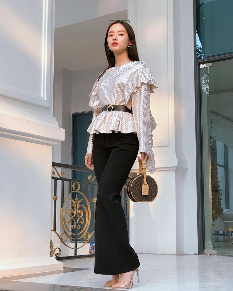 Khánh Linh thể hiện trình phối trang phục mướt mắt với kinh nghiệm làm mẫu thời trang khá lâu.
