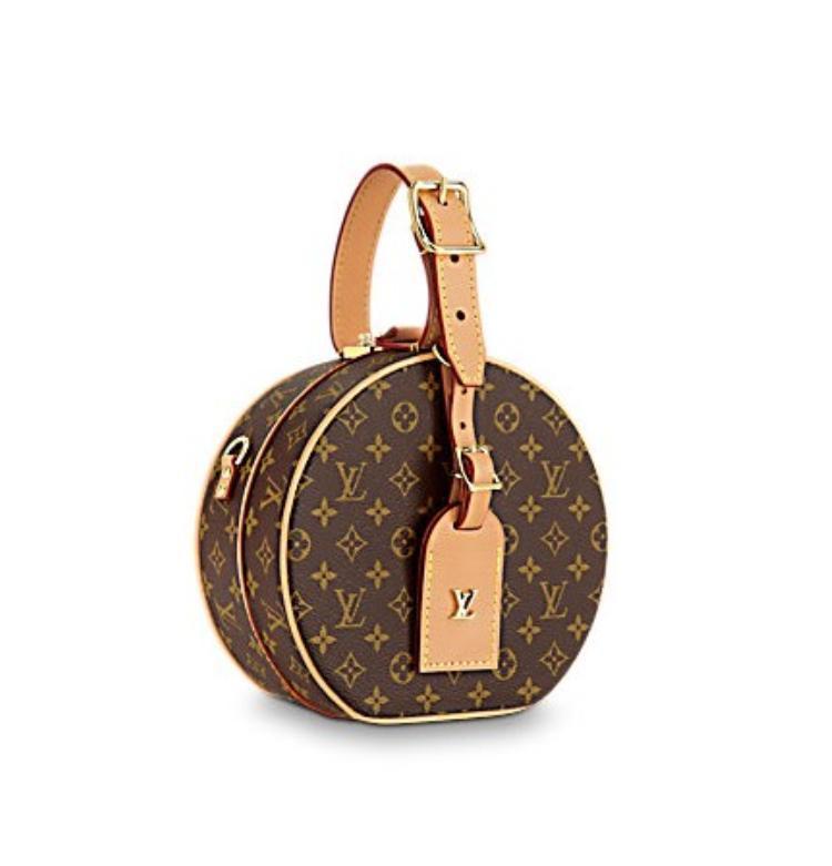 Chiếc túi thuộc thương hiệu Louis Vuitton, có tên đầy đủ là Petite boite chapeau. Louis Vuitton giới thiệu chiếc túi trên sàn diễn Resort 2018.Ngay khi vừa trình làng, chiếc túi này đã nhận được sự yêu thích của giới điệu mộ khắp nơi.4200 USD (tương đương hơn 95 triệu đồng) là giá hiện tại của chiếc túi trên trang bán hàng chính thức củaLouis Vuitton.