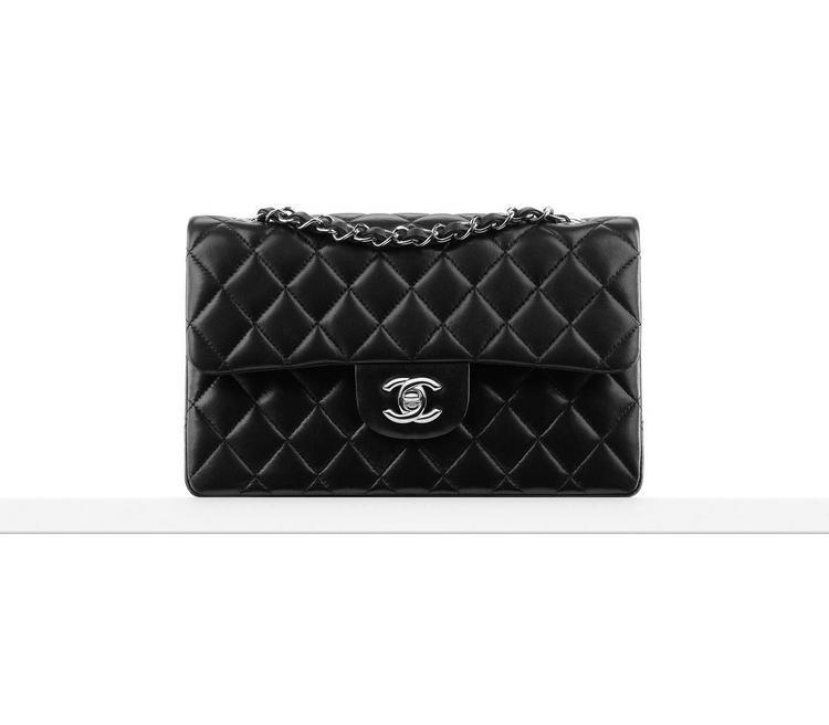 Mẫu túi thuộc nhà mốt Chanel có tên đầy đủ là Small classic handbag, hiện tại được bán với giá gần hơn 108 triệu đồng.