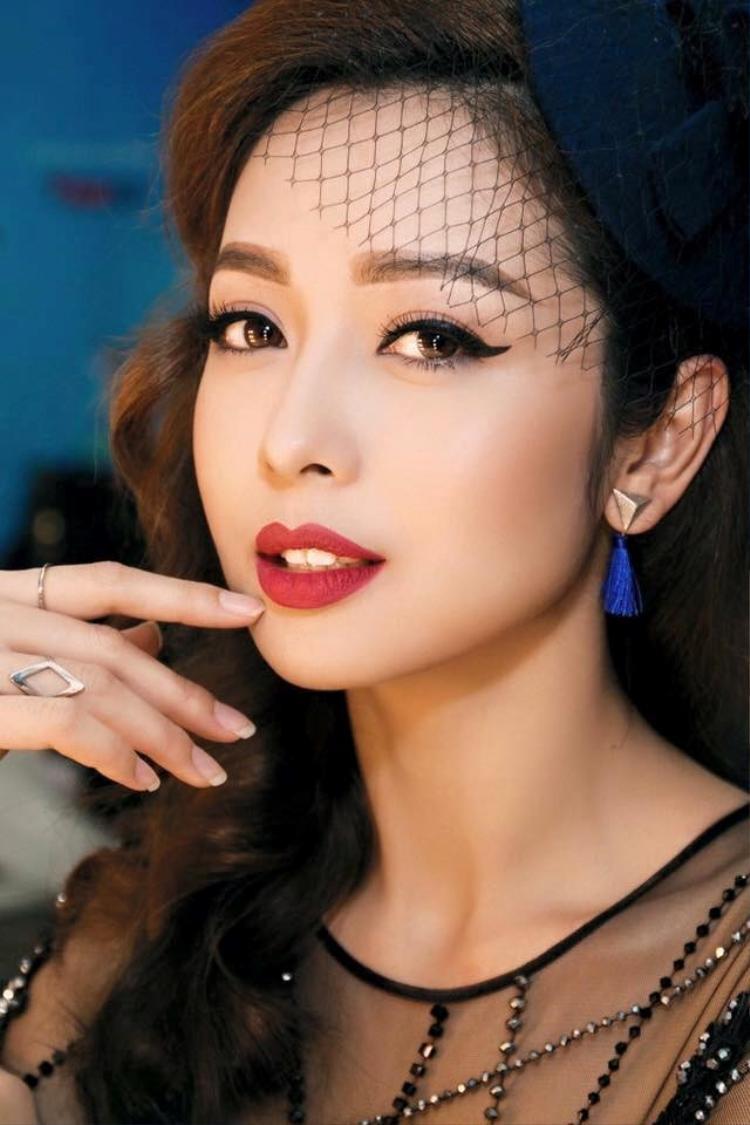 Hoa hậu Jenifer Phạm là người cầm trịch chương trình đêm bán kết.