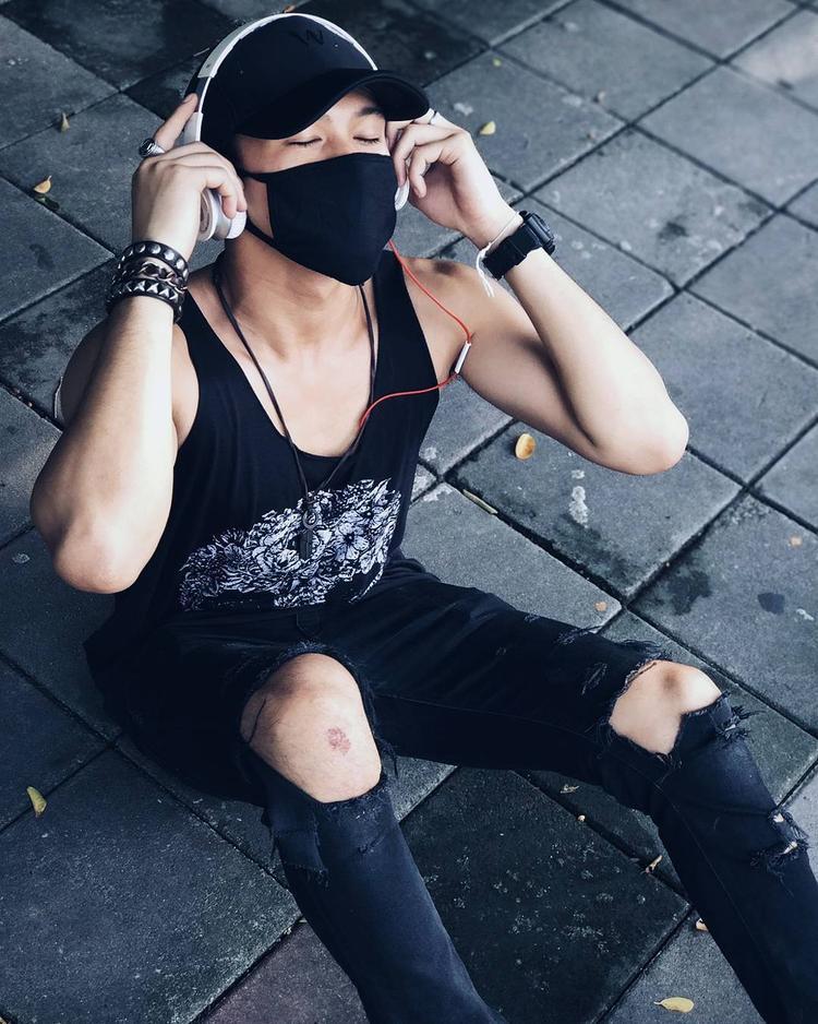 Luôn chọn cho mình những bộ cánh mang tính xu hướng , điều đó đã khiến trò cưng Lukkade nhanh chóng trở thành Fashion icon mới của giới trẻ.