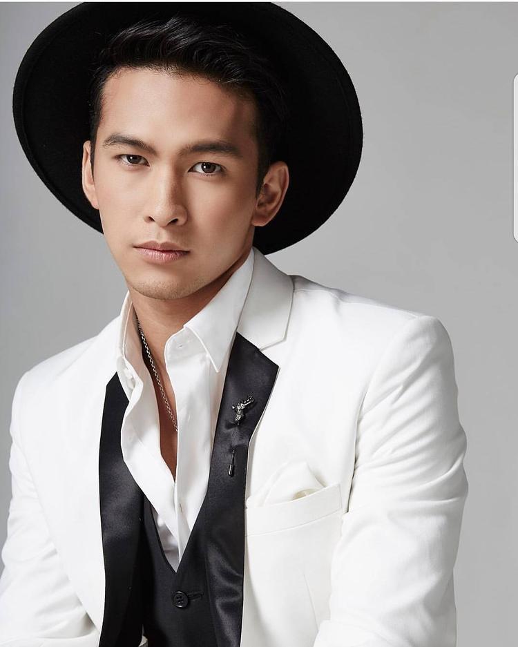 Phong cách thời trang nam tính đảm bảo sự đơn giản, hài hòa nhưng không kém phần thời thượng giúp anh ngày càng nhận được sự yêu mến từ fan.