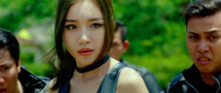 Elly Trần bất ngờ xuất hiện để ngăn chặn.