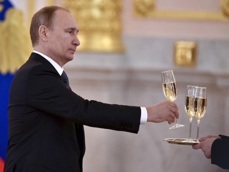 Theo các báo cáo, ông Putin rất ít khi uống các loại đồ uống có cồn, ngoại trừ trong các bữa tiệc cao cấp. Theo Politico, ông Putin là một tấm gương tiêu biểu chống lại vấn nạn nghiện rượu ở Nga và đem đến một hình ảnh đối lập với người tiền nhiệm Boris Yeltsin.