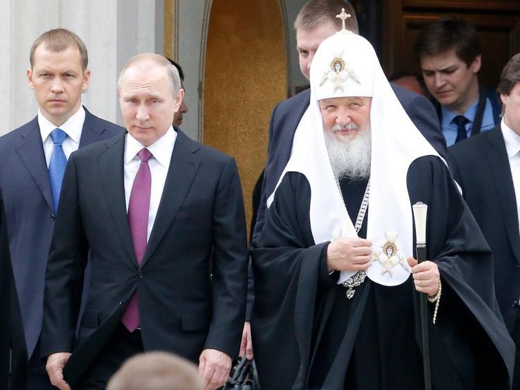 """Vào cuối tuần, lịch làm việc của người đàn ông quyền lực nhất nước Nga thường linh hoạt hơn để ông có thể tham gia các lớp học tiếng Anh. Vào chủ nhật, thỉnh thoảng ông sẽ tới nhà thờ để cầu nguyện và xưng tội. Tuy nhiên, các quan chức thân cận của Tổng thống Putin nhấn mạnh rằng, """"cuộc sống của ông không giống như những con chiên đạo Thiên Chúa khác""""."""