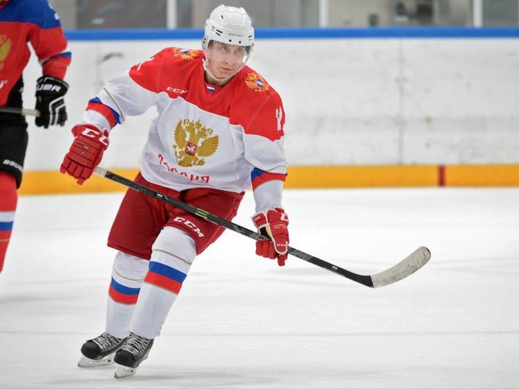 Thỉnh thoảng, lịch trình của ông cũng được sắp xếp để dành thời gian cho môn khúc côn cầu trên băng, một trong những sở thích của ông chủ Điện Kremlin. Không chỉ là đơn giản đứng ngoài quan sát, Tổng thống Putin còn tham gia giải thi đấu đỉnh cao, đấu lại đội của các vệ sĩ.