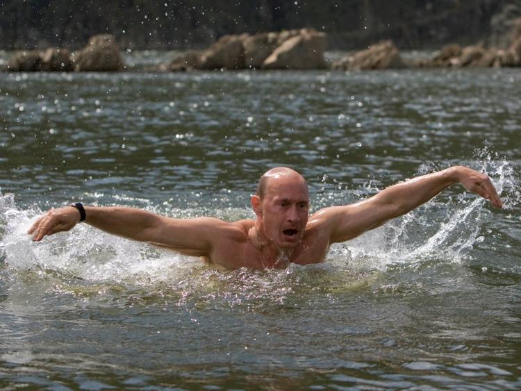 """Tiếp theo là đến giờ tập luyện. Ông thường dành 2 tiếng để bơi. Nhà báo Judah của tờ Newsweek viết: """"Khi ngâm mình trong nước, ông Putin thường suy nghĩ và tìm cách giải quyết khá nhiều công việc của đất nước""""."""