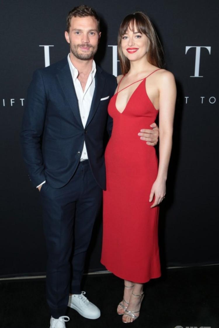 """Nữ diễn viên Dakota Johnson xinh đẹp sánh vai nam diễn viên chính trong bộ phim """"50 sắc thái""""."""