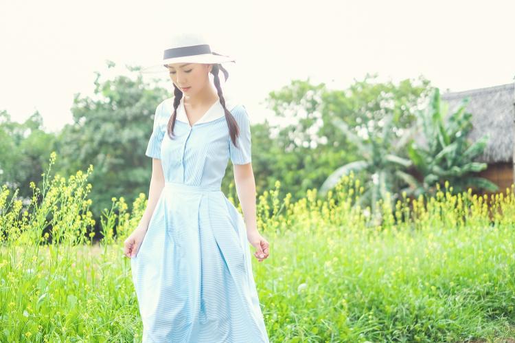 Xuất hiện trong bộ ảnh lần này nữ diễn viên chọn gam màu xanh pastel toát lên vẻ nữ tính pha lẫn nét thanh lịch, nhưng vẫn nhẹ nhàng đúng chất một quý cô.