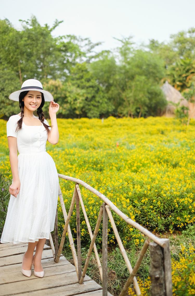 Nếu có dịp gặp Khánh Hiền ngoài đời vào thời điểm này, hẳn bạn sẽ ngạc nhiên bởi vẻ đẹp ngày càng nữ tính, mặn mà của nữ diễn viên.