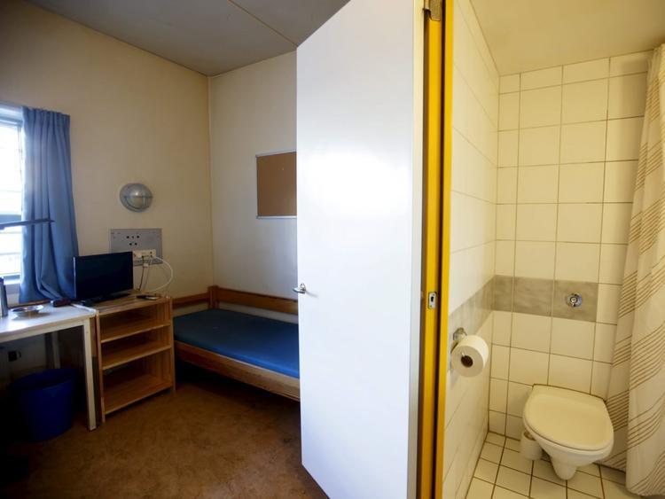 Nhà tù Halden ở Na Uy không khác đời sống sinh hoạt bình thường là bao, thậm chí bên trong còn trang bị phòng tắm riêng, TV và trò chơi điện tử cho các tù nhân. Nhà tù của Na Uy là một trong những hệ thống trại giam nhân đạo nhất thế giới. Ảnh: Reuters